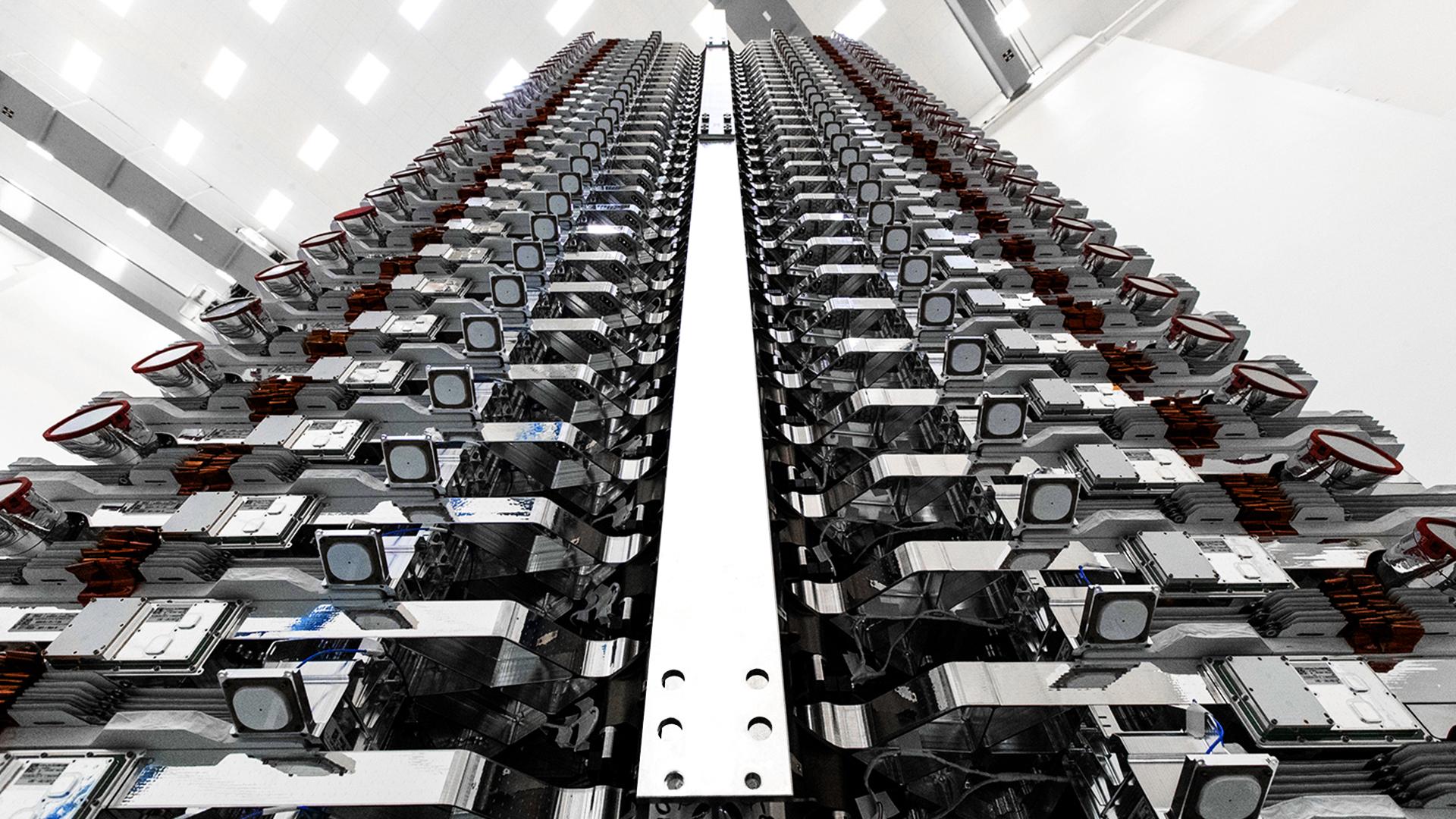 60 satelitów Starlink przygotowanych do wyniesienia na orbitę (Źródło: SpaceX)