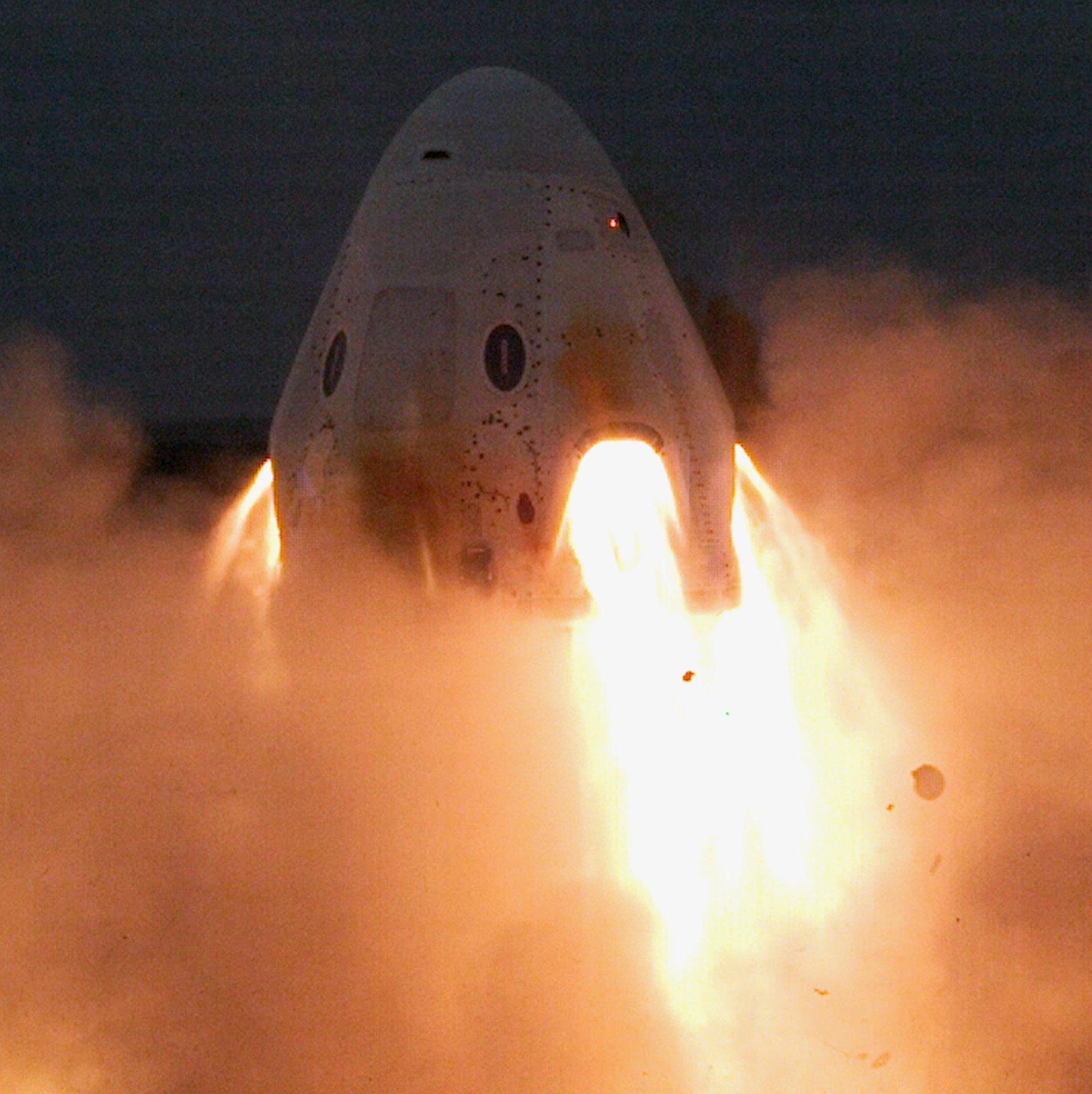 Test statyczny silników SuperDraco załogowej kapsuły Dragon (Źródło: SpaceX)