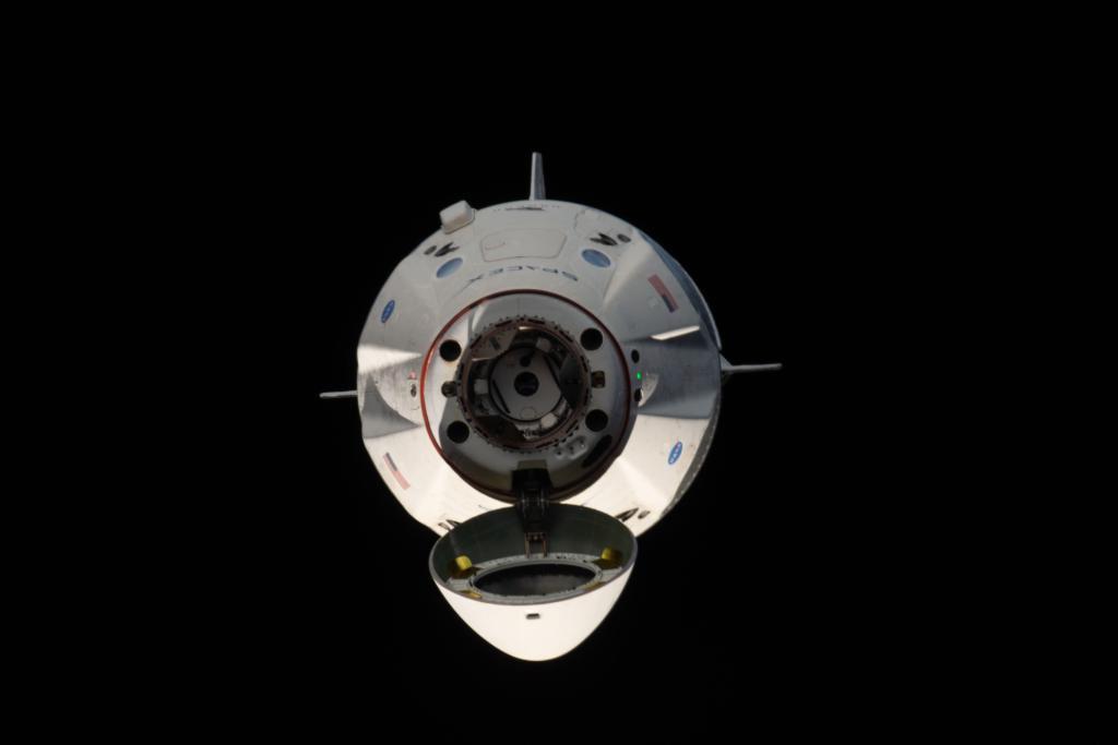 Załogowa kapsuła Dragon 2 przed dokowaniem do ISS podczas misji Crew Demo-1 (Źródło: NASA)