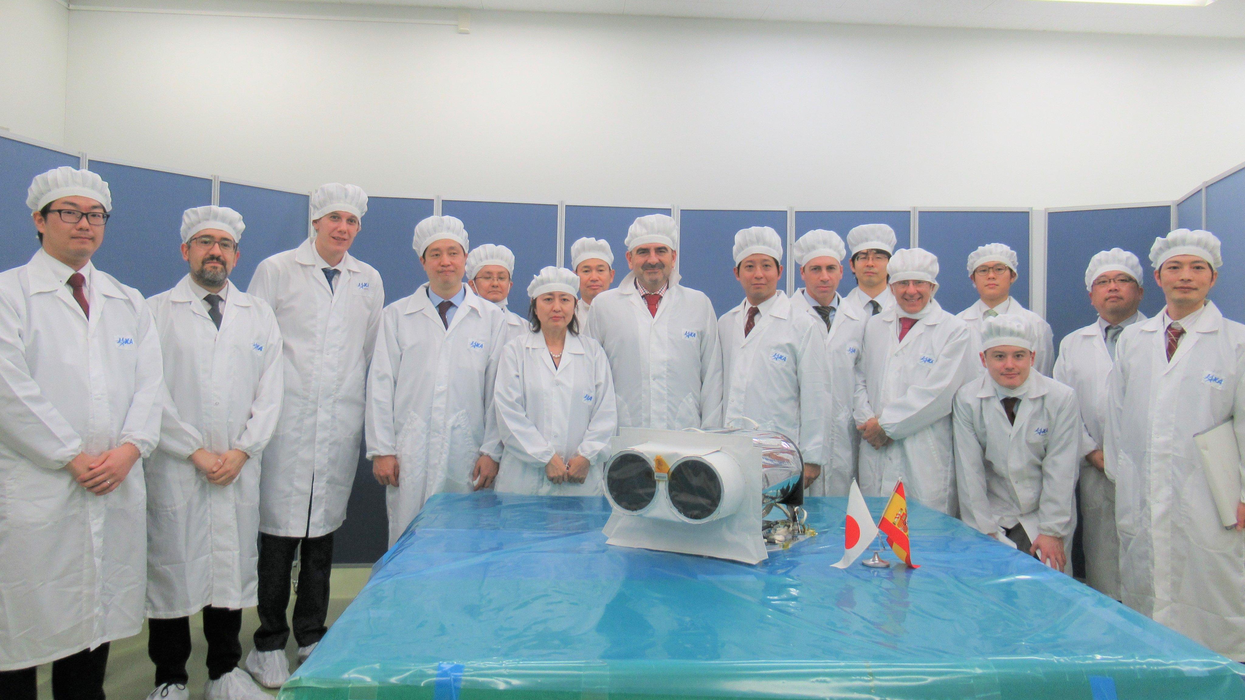 Zespoły Space BD oraz SATLANTIS po zakończeniu procesu integracji kamery iSIM przed startem (Źródło: Space BD)