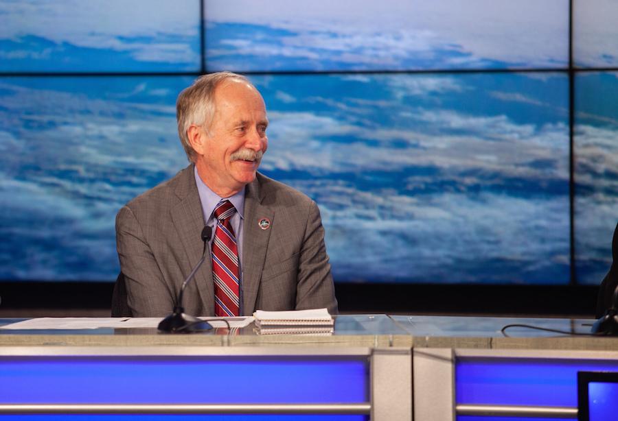 Gerstenmaier podczas konferencji prasowej w Centrum Kosmicznym im. Kennedy'ego na Florydzie (Źródło: NASA/Chris Swanson)