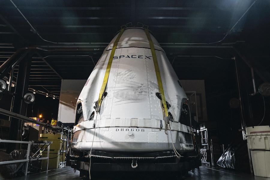 Załogowa kapsuła Dragon po powrocie do portu Canaveral po teście systemu ewakuacji (Źródło: SpaceX)