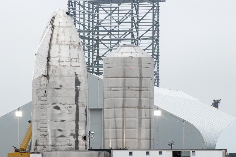Starship Mk1 oraz Starship SN1 stojące obok siebie (Źródło: Jack Beyer dla NSF L2, NASASpaceFlight.com)