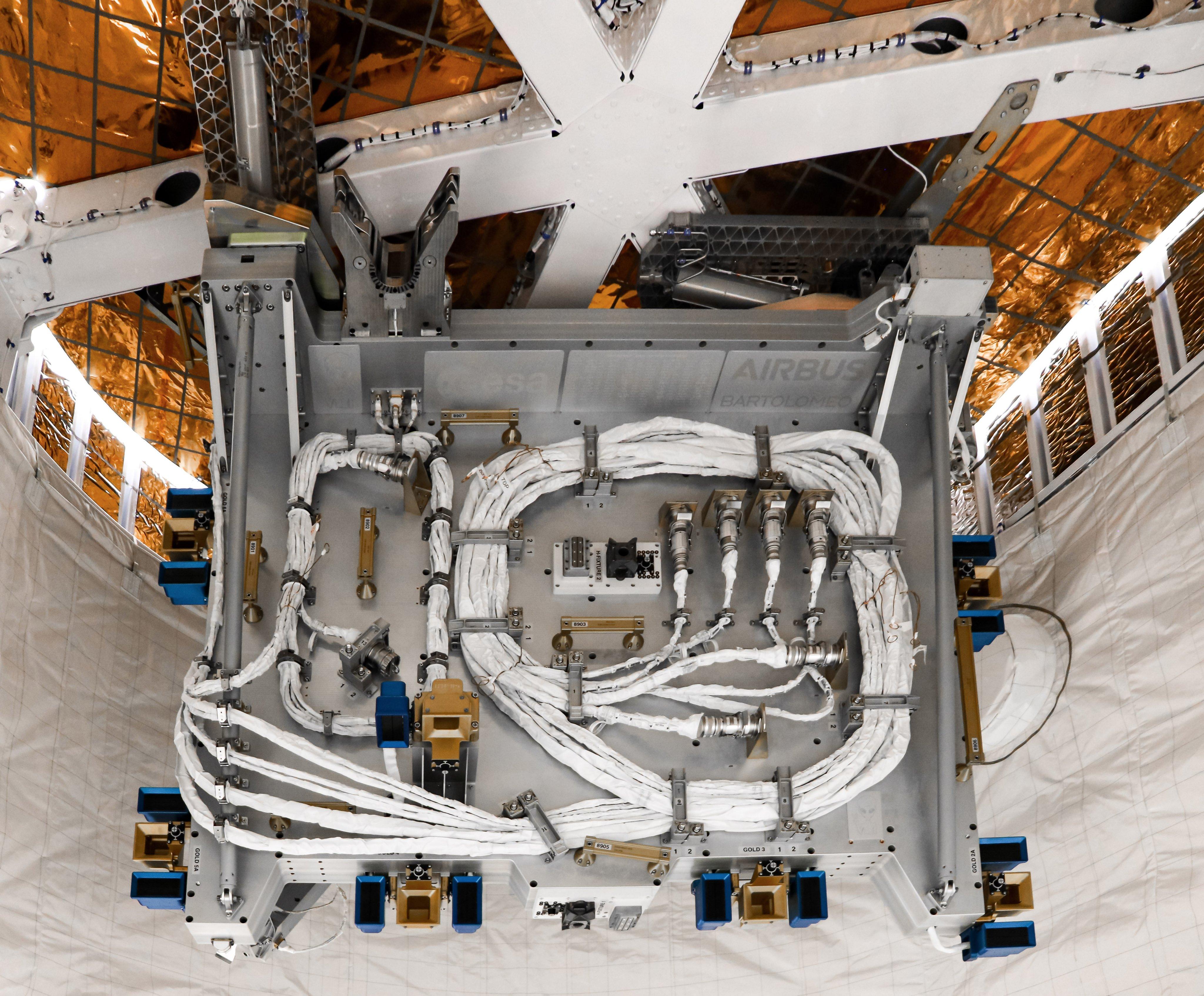 Platforma Bartolomeo umieszczona w statku Dragon 1 (Źródło: Airbus Space)