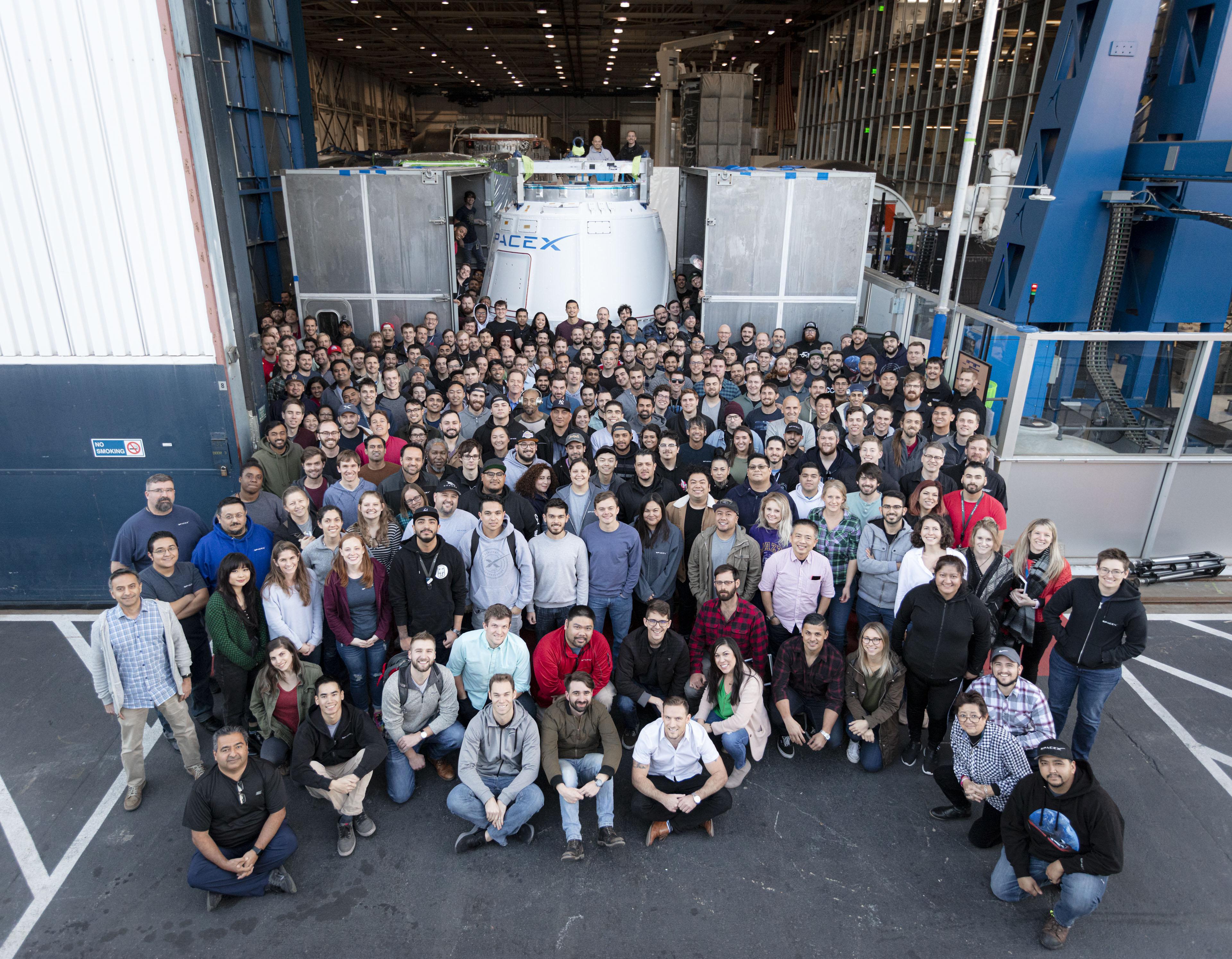 Ostatni Dragon 1 przed transportem na Cape Canaveral, wraz z odpowiedzialnym za niego zespołem pracowników SpaceX (Źródło: Reddit/SpaceX)
