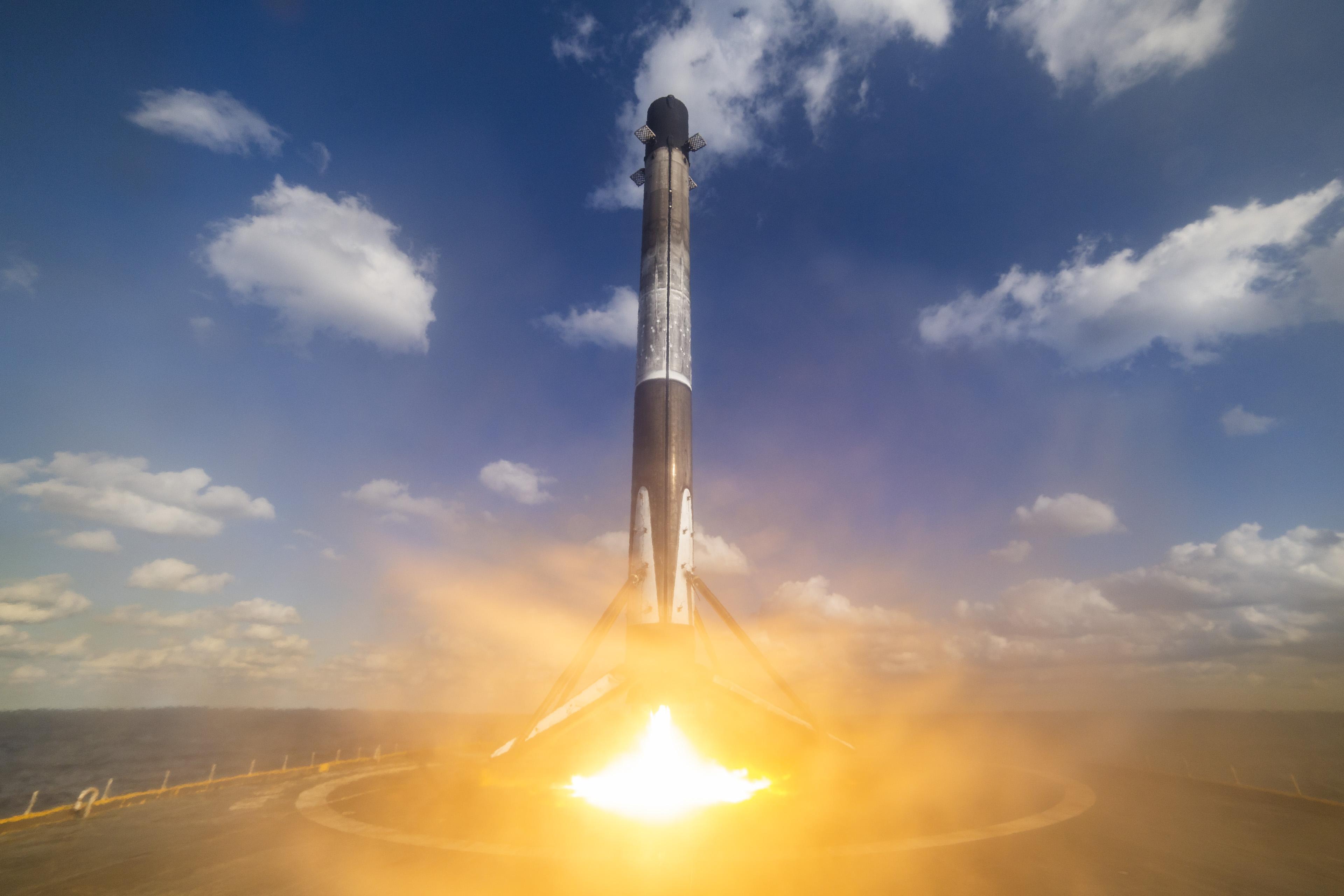 Lądowanie pierwszego stopnia po misji Starlink-4 (Źródło: SpaceX)