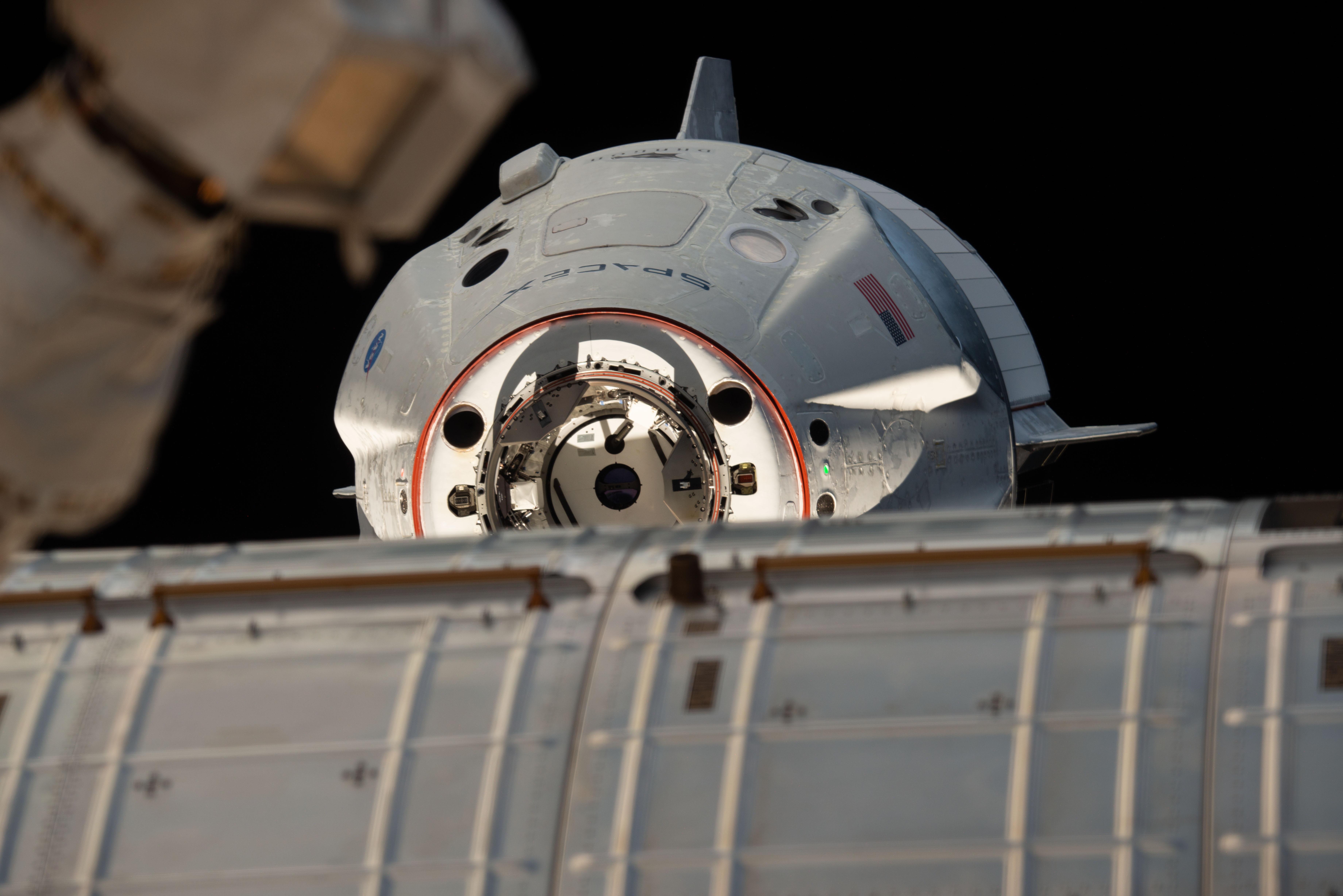 Statek Dragon 2 zbliżający się do ISS podczas misji Crew Demo-1 (Źródło: NASA)
