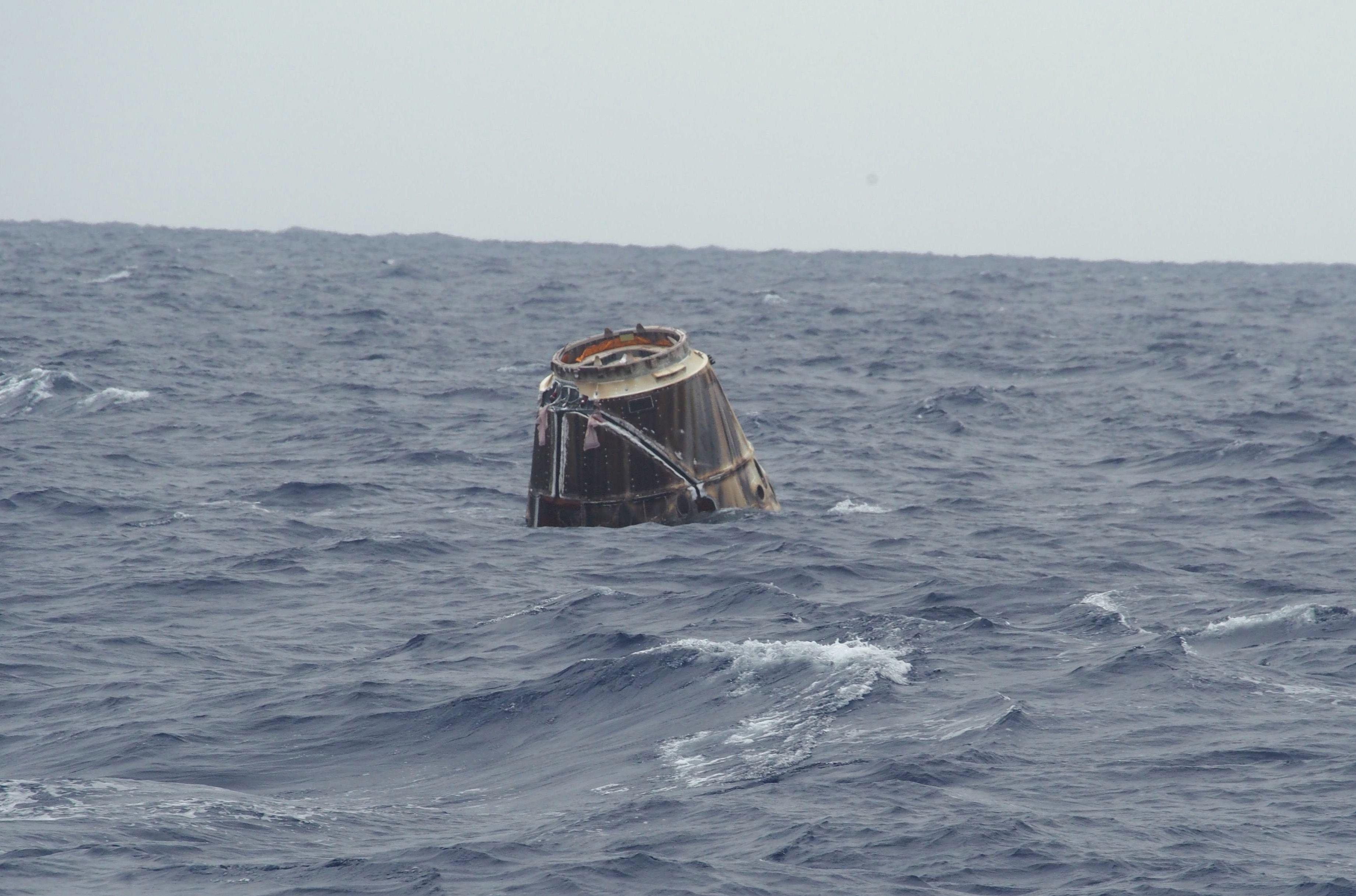 Kapsuła Dragon w Oceanie Spokojnym po zakończeniu misji COTS 2 (Źródło: SpaceX/NASA)
