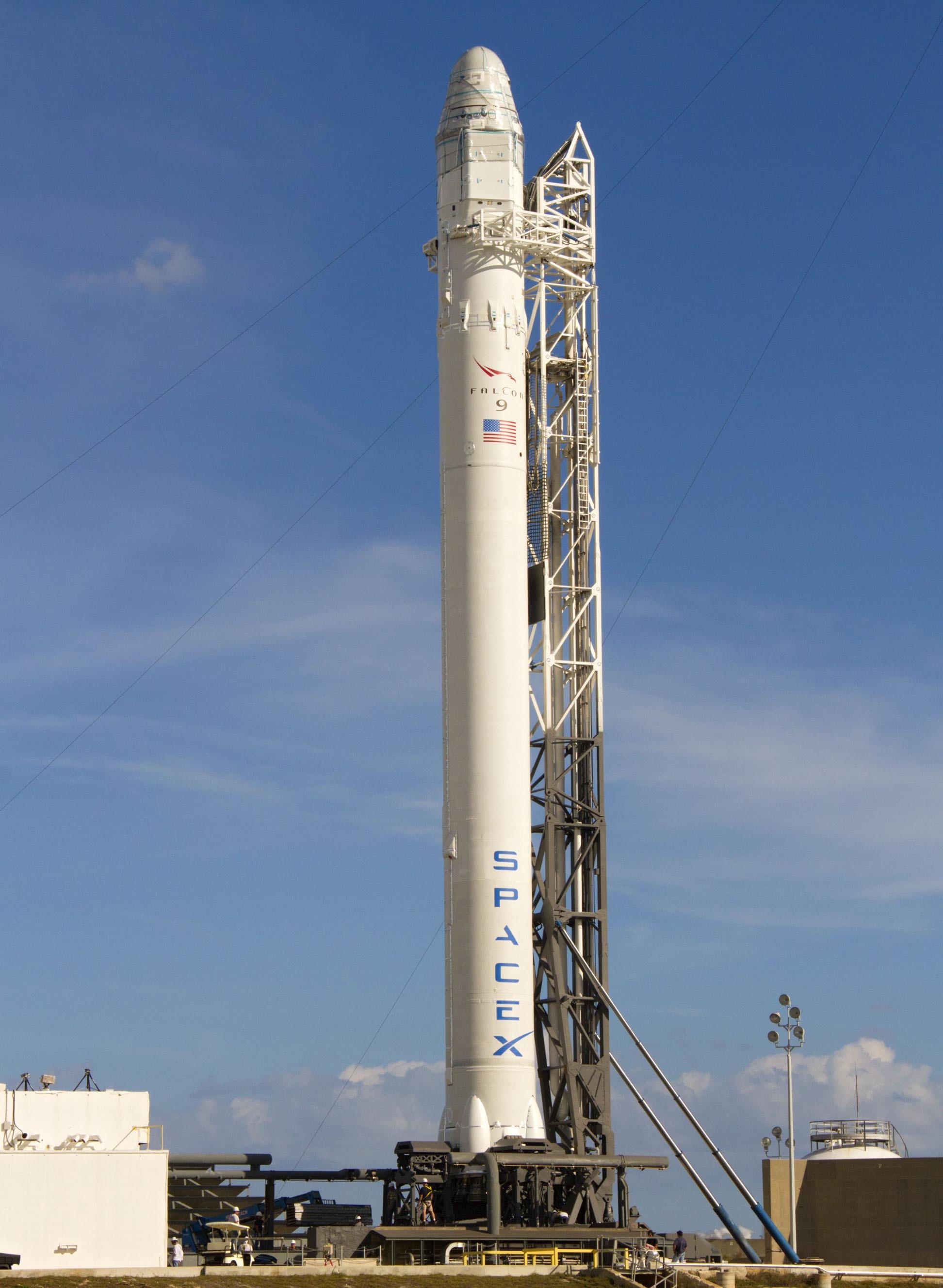 Rakieta Falcon 9 ze statkiem Dragon na platformie startowej SLC-40 przed startem z misją COTS 2 (Źródło: NASA/Cory Huston)