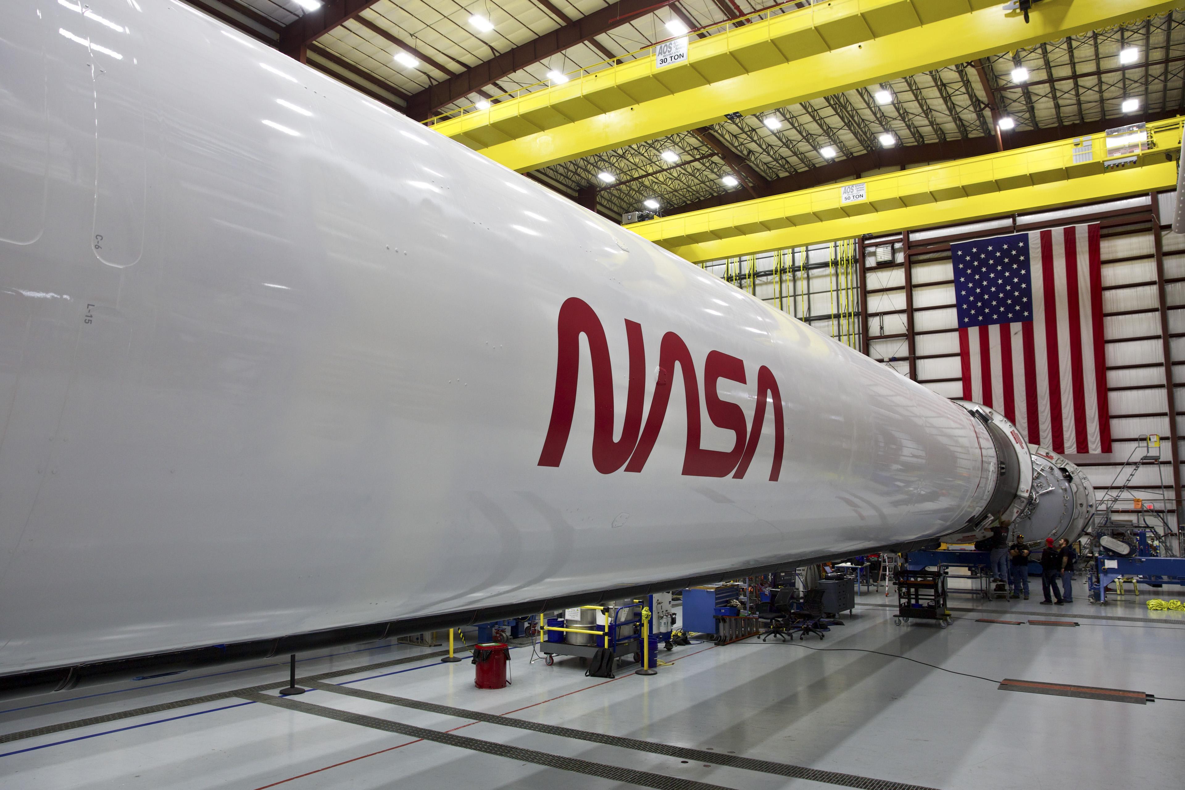 Logo NASA na rakiecie Falcon 9 (Źródło: SpaceX/NASA)