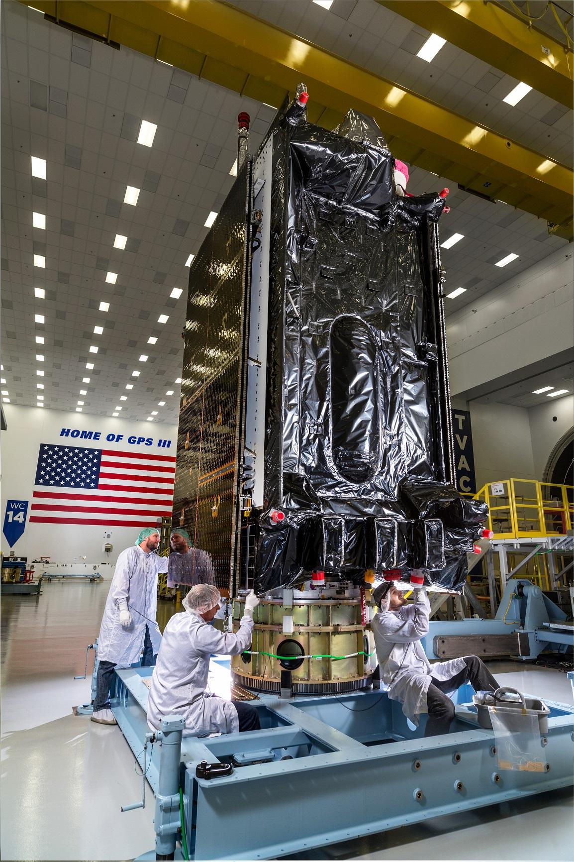 Satelita GPS III SV03 podczas pakowania przed podróżą na Cape Canaveral (Źródło: Lockheed Martin)