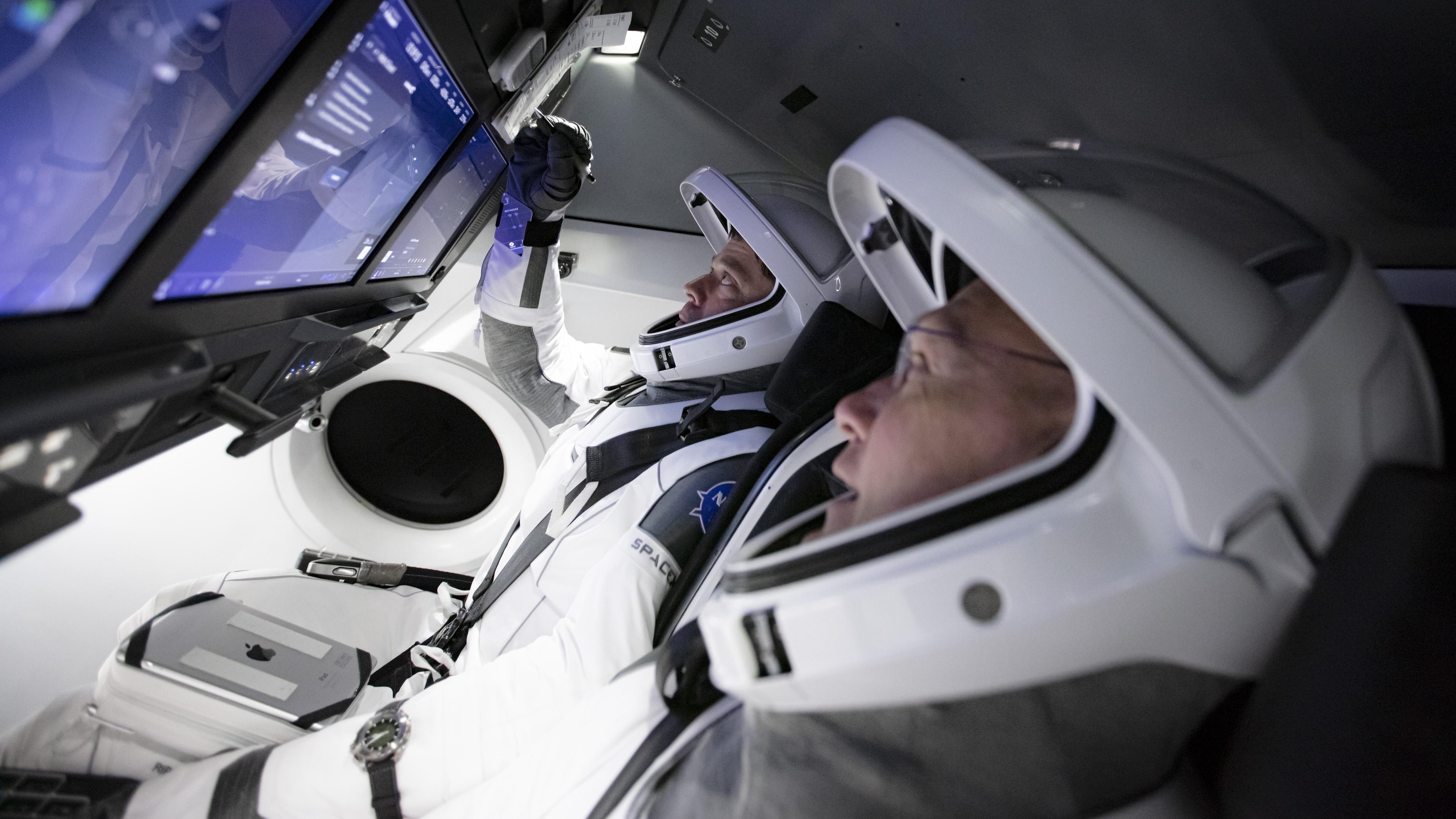 Robert Behnken oraz Douglas Hurley (na pierwszym planie) w symulatorze załogowej kapsuły Dragon (Źródło: SpaceX)