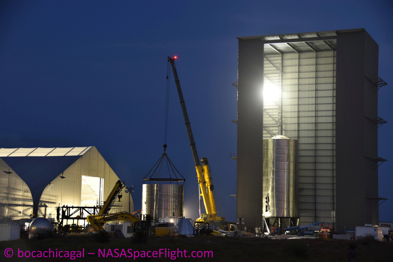 Składanie Starshipa SN3 (Źródło: BocaChicaGal dla NSF, NASASpaceFlight.com)