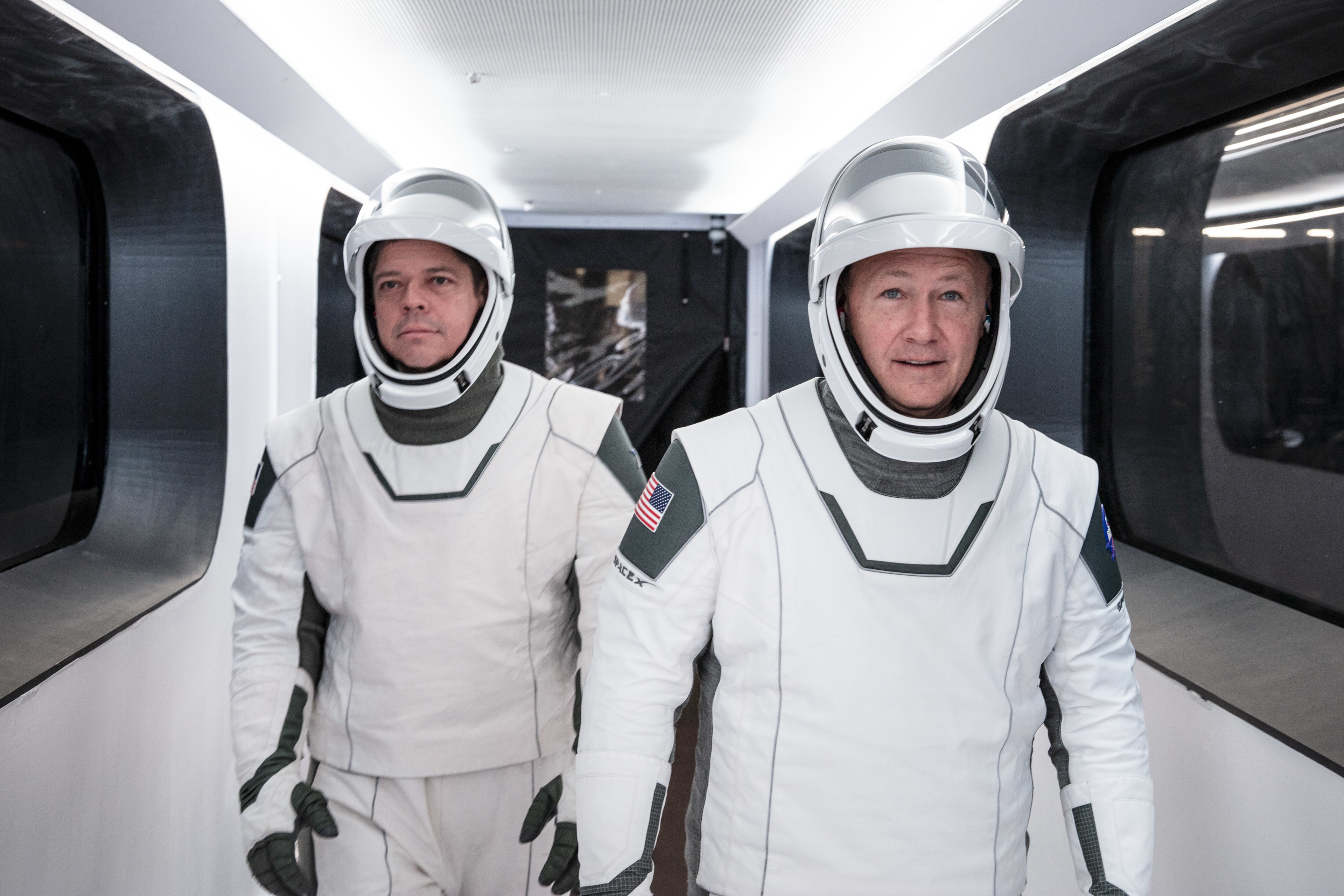 Astronauci Robert Behnken i Douglas Hurley wewnątrz ramienia dostępowego na platformie LC-39A (Źródło: NASA/SpaceX)