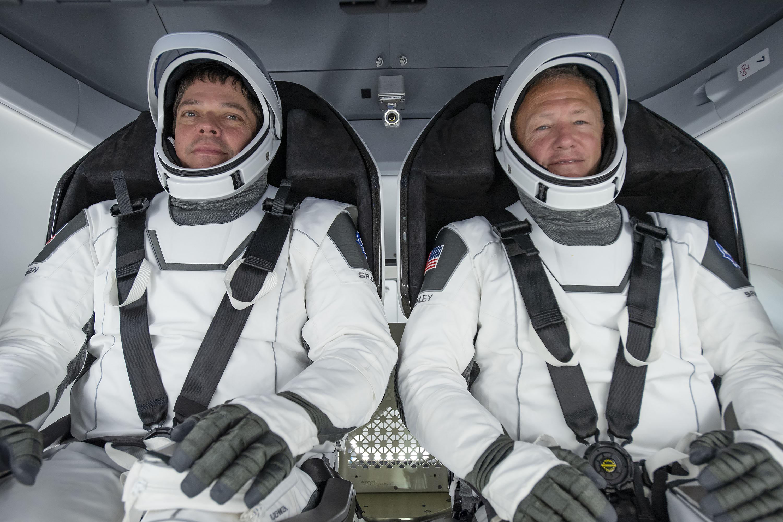 Astronauci Robert Behnken i Douglas Hurley w skafandrach kosmicznych (Źródło: SpaceX/NASA)