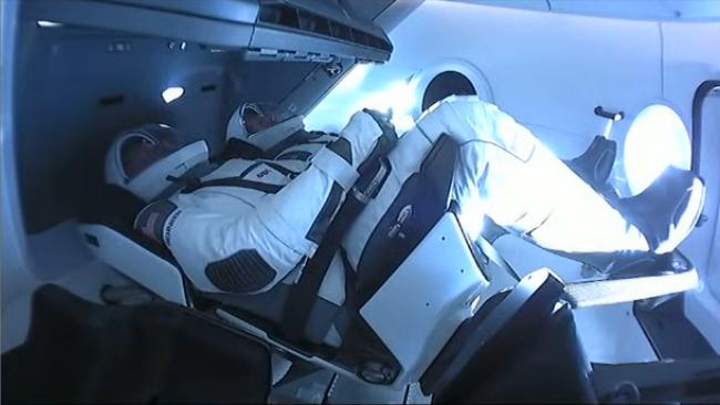 Astronauci Robert Behnken i Douglas Hurley wewnątrz statku Dragon podczas startu z misją Crew Demo-2 (Źródło: NASA/SpaceX)