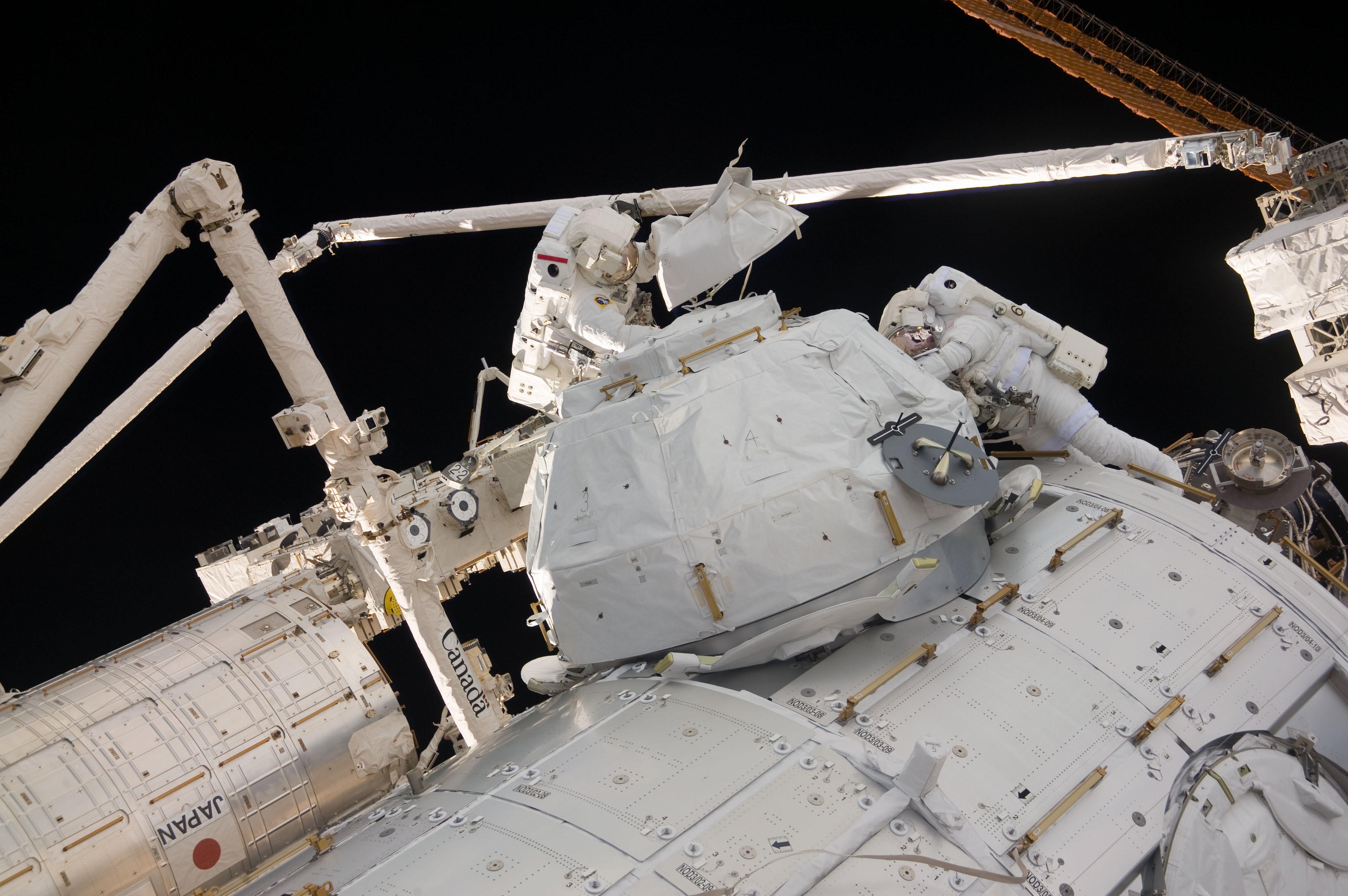 Astronauci Robert Behnken i Nicholas Patrick podczas spaceru kosmicznego w czasie misji STS-130 (Źródło: NASA)
