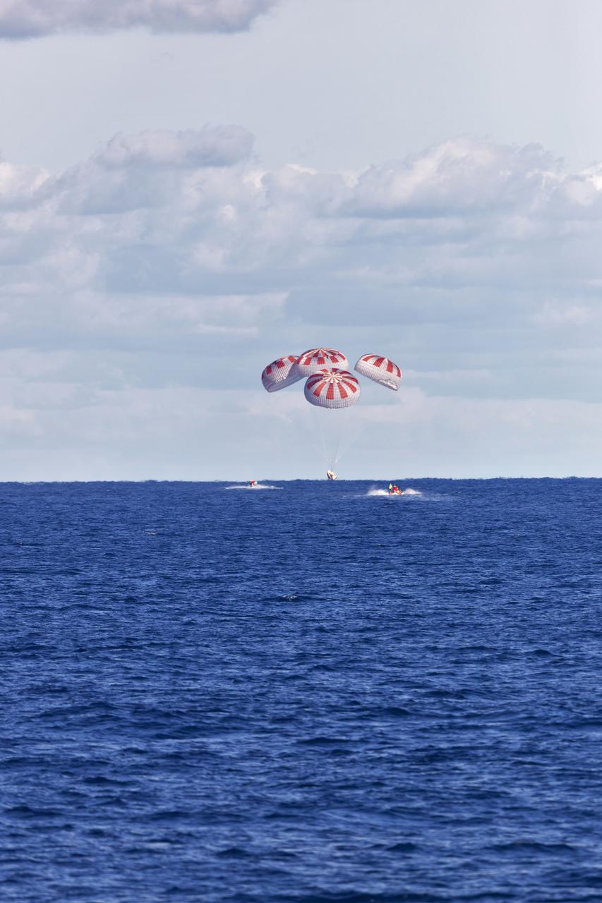 Statek Dragon podczas lądowania po zakończeniu misji Crew Demo-1 (Źródło: NASA)
