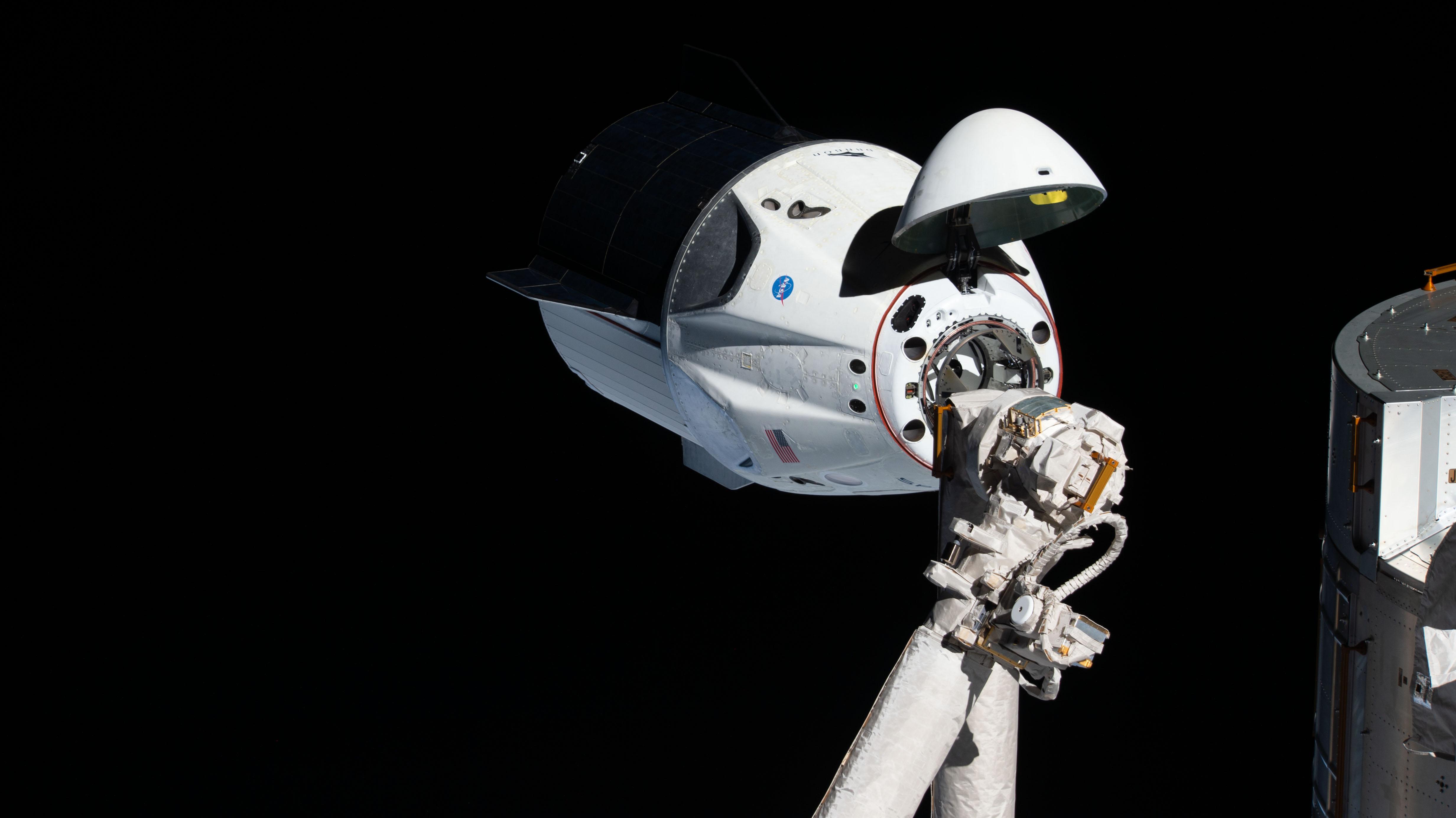 Statek Dragon dokujący do ISS podczas misji Crew Demo-1 (Źródło: NASA)