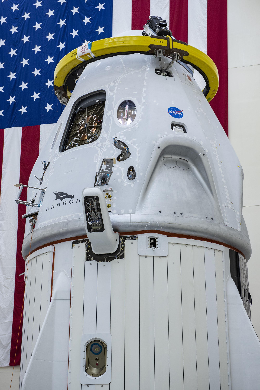 Statek Dragon podczas ostatnich przygotowań do misji Crew Demo-2 (Źródło: SpaceX)
