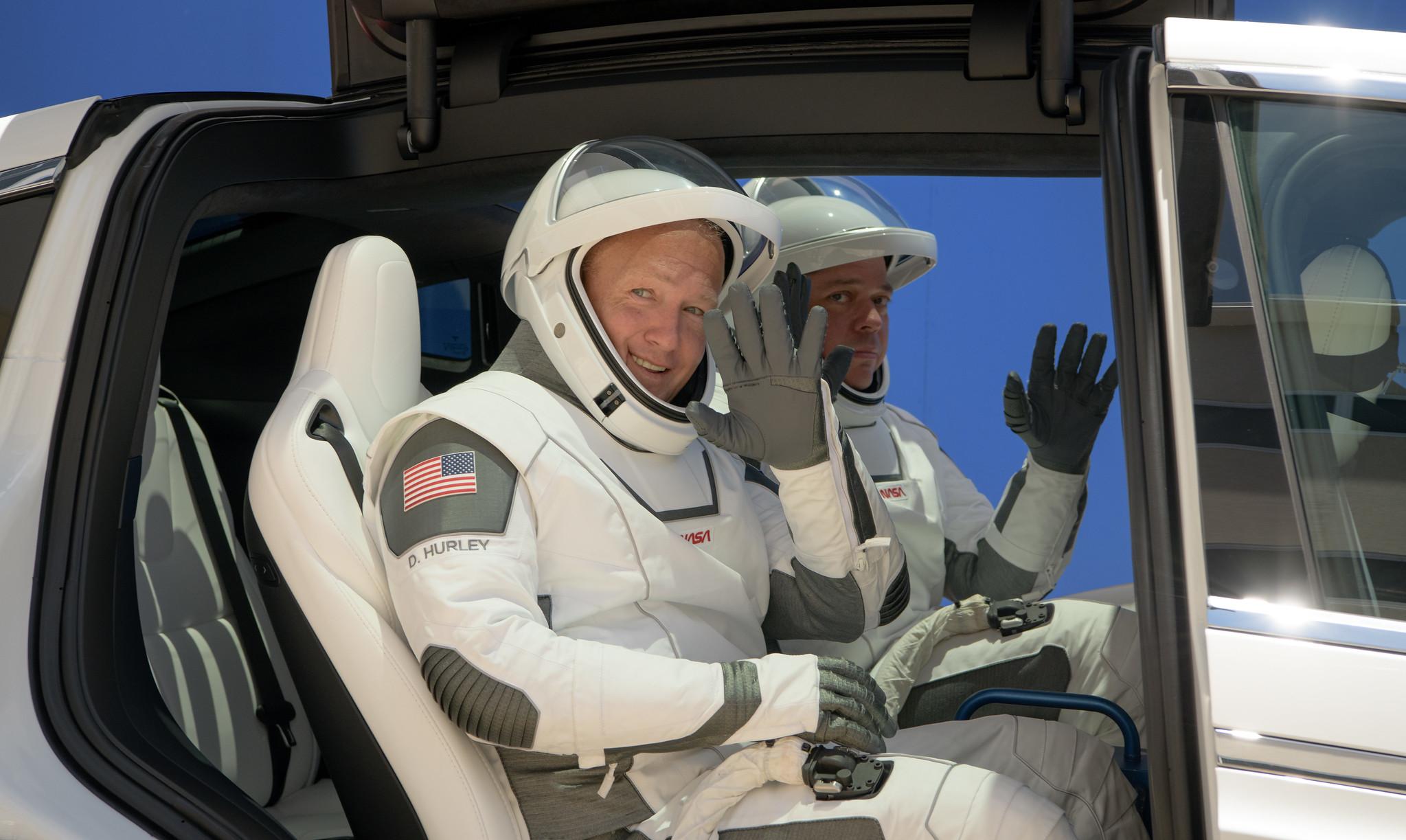 Astronauci Douglas Hurley i Robert Behnken w drodze na platformę LC-39A podczas symulacji dnia startu (Źródło: NASA/Bill Ingalls)