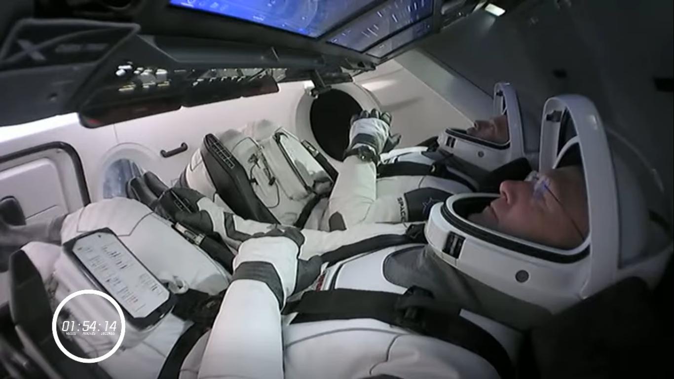 Astronauci Douglas Hurley i Robert Behnken wewnątrz statku Dragon niecałe dwie godziny przed startem (Źródło: NASA/SpaceX)