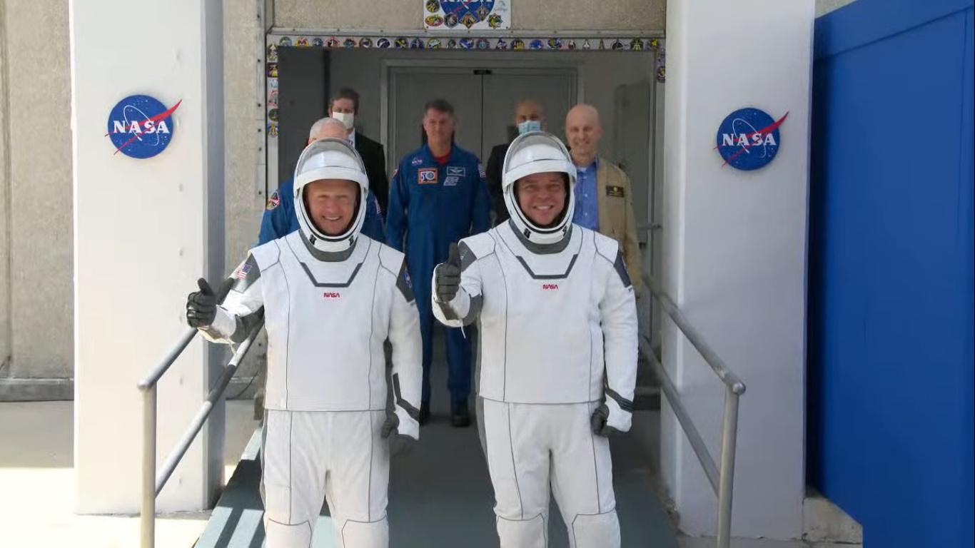 Astronauci Douglas Hurley i Robert Behnken rozpoczynający podróż na platformęLC-39A (Źródło: NASA)