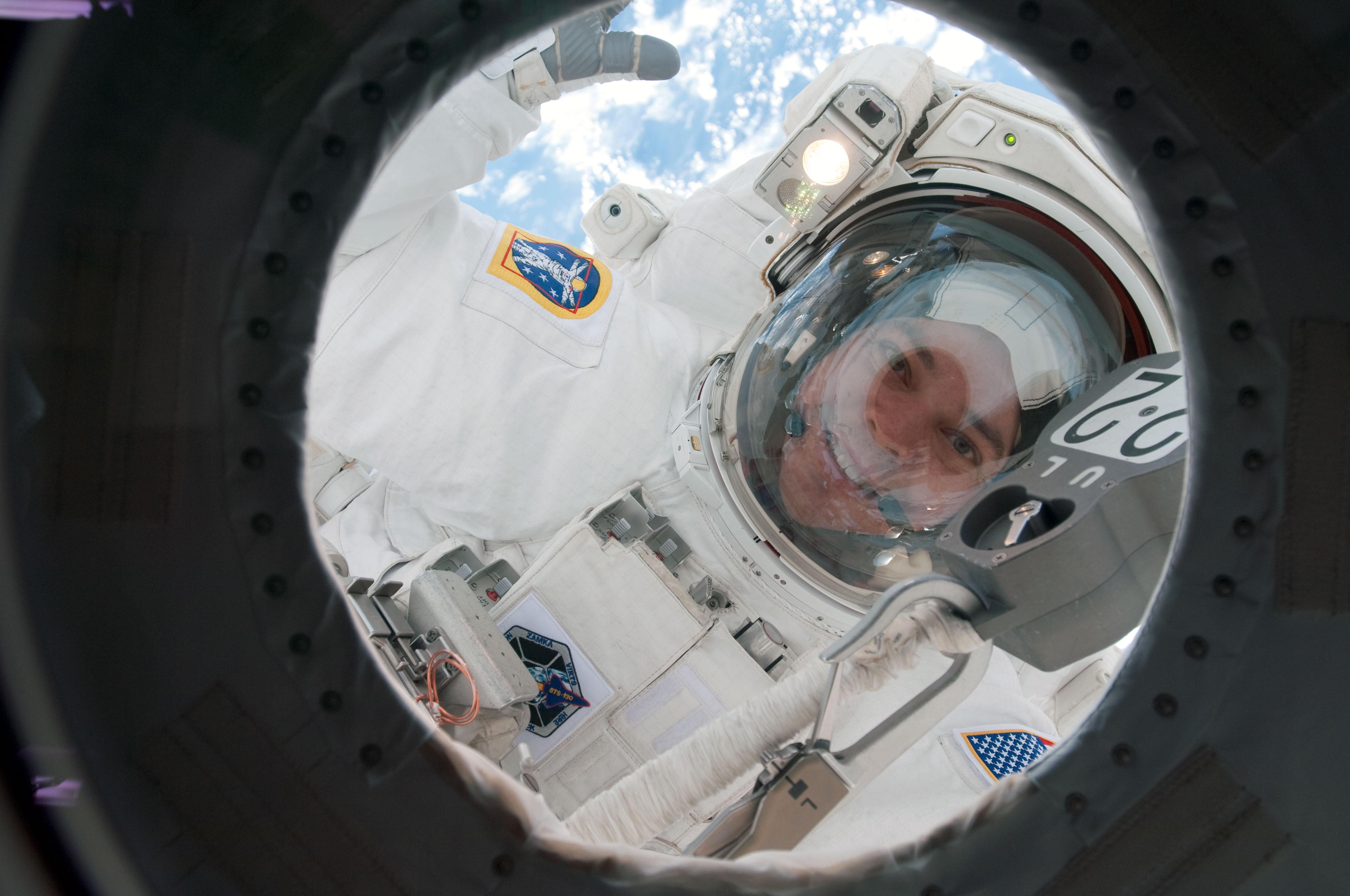 Astronauta Robert Behnken podczas spaceru kosmicznego w czasie misji STS-130 (Źródło: NASA)